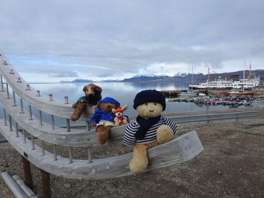 wir am Hafen Ny Ålesunds