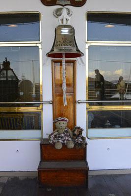 Kasimir, Cäsar und Fredi unter der Schiffsglocke der Royal Britannia