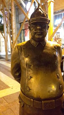 Der Hauptmann von Köpenick, Berlin? Ne, Wachtmeister in Budapest.