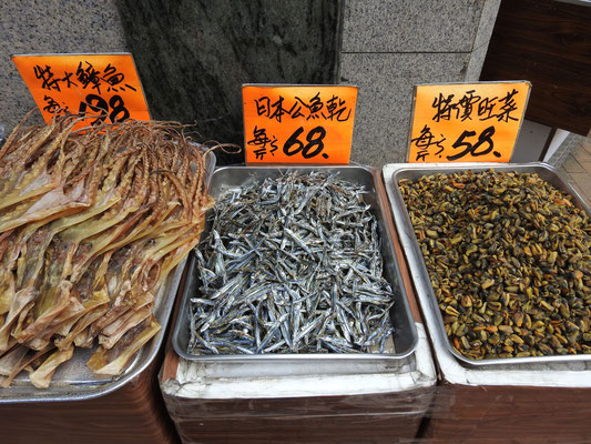 von links nach rechts: getrockneter Tintenfisch, getrocknete Sardellen, getrocknete Muscheln