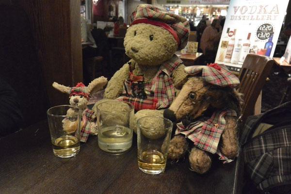 Kasimir, Cäsar und Fredi beim Whiskytrinken im Pub