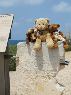 Wir auf einem ur-ur-ur-ur-...alten Stein, in dem doch tatsächlich Pontius Pilatus Name eingraviert ist.