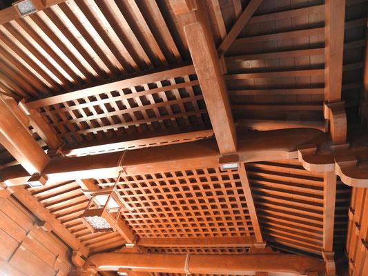 beeindruckende Holzdecken im Chi Lin Kloster - alles verzapft, ohne Nägel und Schrauben