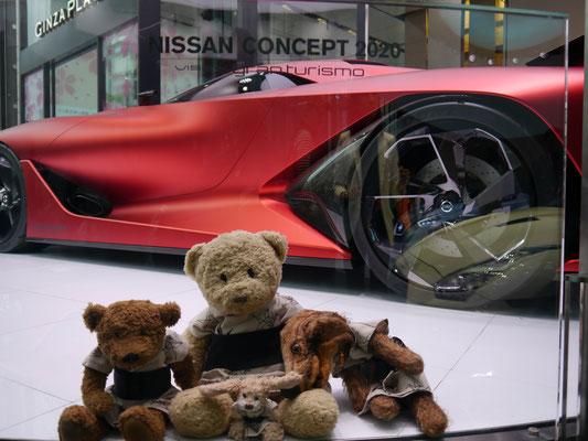 wir im Showroom Nissans, Tokyo