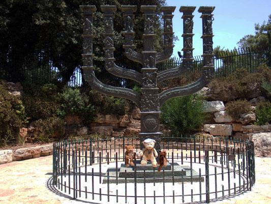 Wir an der Knesset-Menora. (Knesset ist das israelische Parlament und Menora ein siebenarmiger Leuchter)