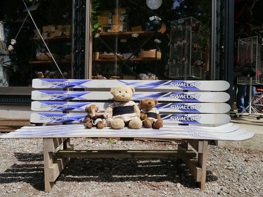 wir am Ausgang des Jigokudani Monkey Parks auf einer Bank aus Skiern