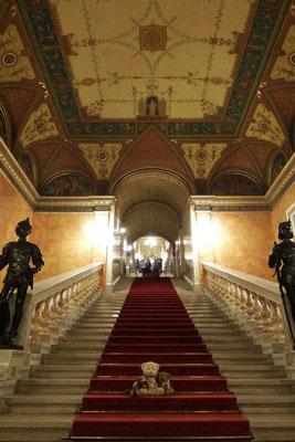 Yeah, und wir am Fuße des Aufgangs zum Aufführungssaal der Ungarischen Staatsoper