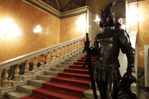Treppenaufgang zum Aufführungssaal der Ungarischen Staatsoper - gut bewacht