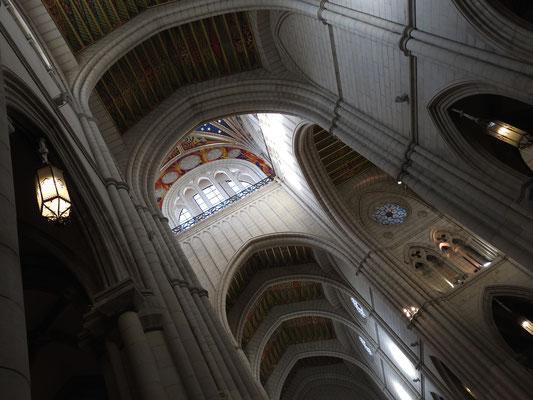 Santa María la Real de La Almudena von innen
