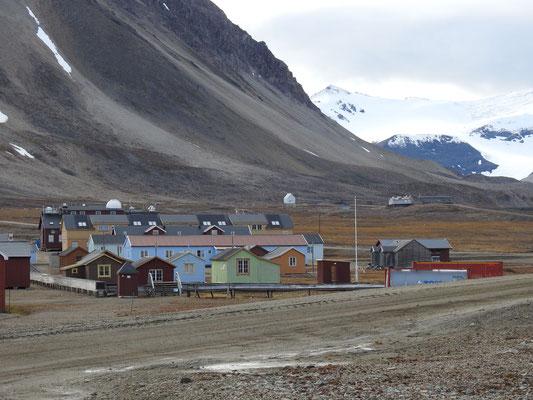 Blick auf die Siedlungshäuser in Ny Ålesund