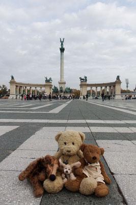 Kasimir, Cäsar, Fredi und Kerl auf dem Heldenplatz in Budapest