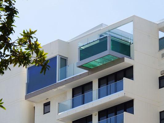 bitte genau hingucken: der vorgezogene Balkon ist ein Swimmingpool