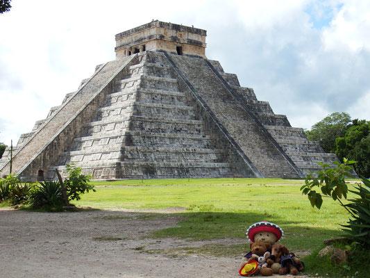 Und da sind wir, Kasimir - Cäsar - Fredi und Kerl am Fuße der Chichén Itzá - Pyramide!