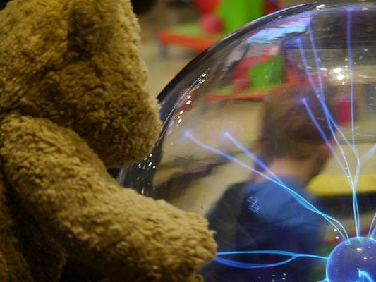 Ich, Kasimir, kann mit meinen Pfoten im Nemo, Amsterdam, Strom fließen lassen!