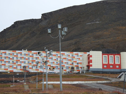 Da sind wir, sowjetische Baukunst rechts -