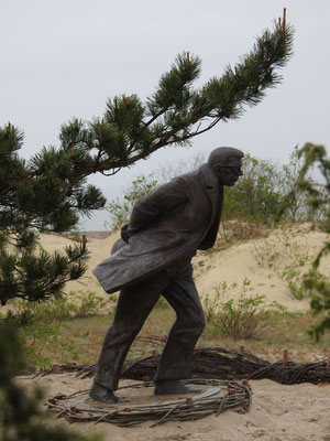 Skulptur 'Gegen den Wind' von Klaudijus Pūdymas, die auf der Parniddener Düne steht. Das Aussehen ist an Jean-Paul Sartre angelehnt.