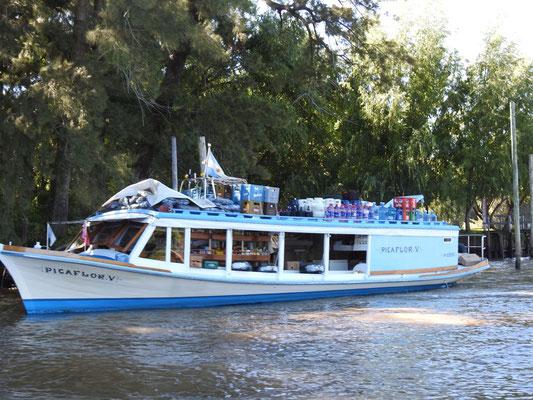 Oh! Ein Versorgungsschiff für die Ferienhausbewohner.