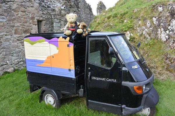 Zum Trost besichtigen Kasimir, Cäsar und Fredi Urquhart Castle am Loch Ness