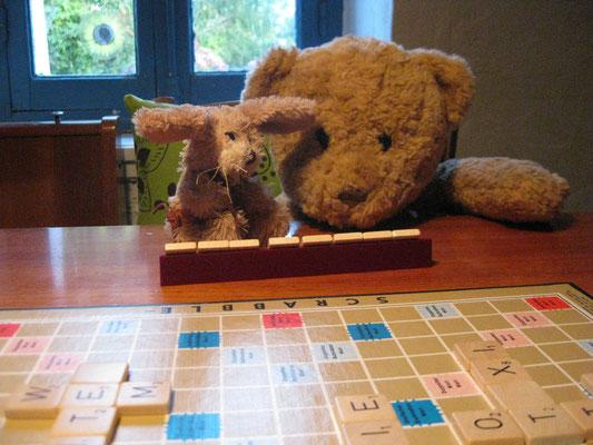wir beim Scrabbel spielen in Bannalec, Bretagne, Frankreich