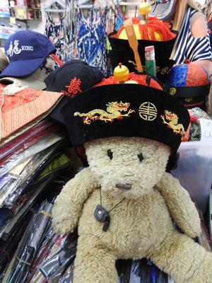 Ich, Kasimir, bei einer Hutprobe auf dem Stanley Market.