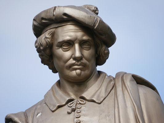 Wir (Kasimir, Cäsar und Fredi) bewundern in Amsterdam Mijnheer van Rijns Statue.