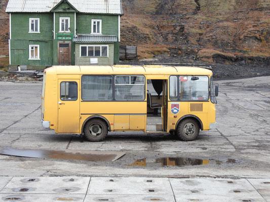 Unser Bus, der uns mehr als 200 Stufen Aufstieg in die Siedlung erspart.