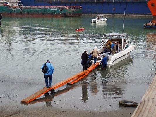 Unser Boot; gaaanz vorsichtig, nur nicht ins Wasser plumpsen.