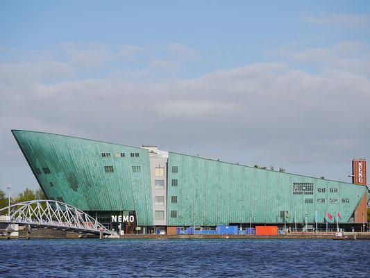 Wir (Kasimir, Cäsar und Fredi) bestaunen das Nemo-Gebäude in Amsterdam.