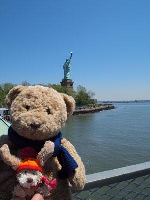 wir auf dem Weg nach Ellis Island vor der Freiheitsstatue, New York