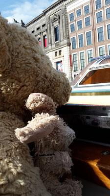 Wir, Kasimir und Cäsar, auf Grachtenfahrt in Amsterdam
