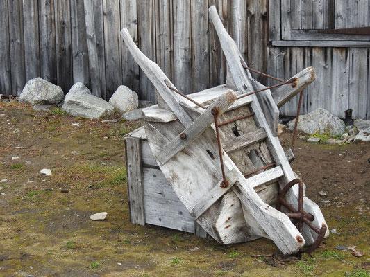 Oha, eine Schubkarre tatsächlich ganz aus Holz - Respekt.