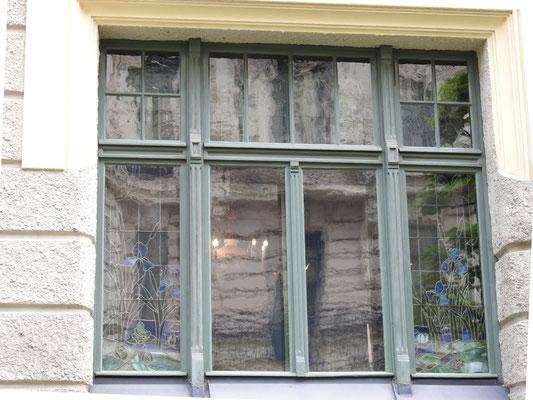 Was das Besondere an diesen Fenstern ist? Guckt hin, genau hin - gaaanz alte Scheiben!