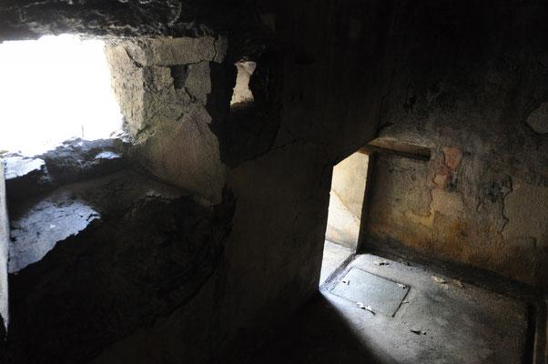 Intérieur de la casemate de défense de l'entrée.  Meurtrière, goulotte et issue de secours (25 sur le plan).