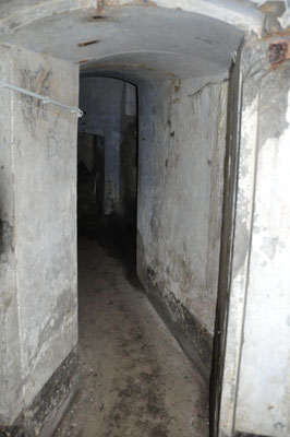 Coude des locaux de contrescarpe entre la courtine et le fossé de gorge droit.