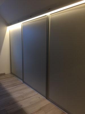 Schiebetüren maßgeschneidert für Dachschräge mit Beleuchtung