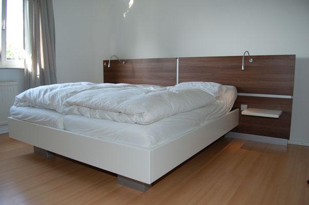 Bett auf Maß gefertigt mit Rückwand und Beleuchtung