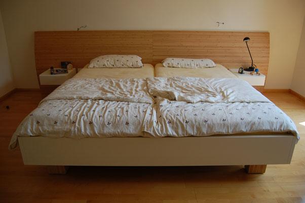Bett auf Maß gefertigt mit Rückwand Bambus, Nachttische
