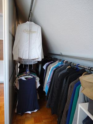 Kleiderstangen hintereinander in Dachschräge, Schiebetüren