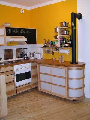 Viel Arbeitsfläche in kleiner Küche
