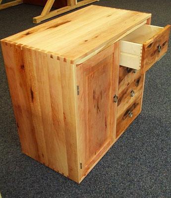 Küchenschrank für den Wohnbus aus Platanenholz