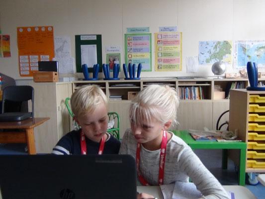 Antonia und Nele verfassen ihren Artikel über den Fenger-Cup