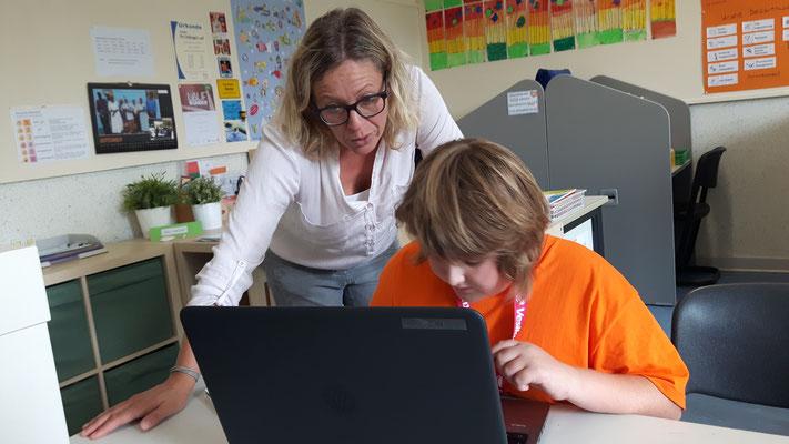Finja schreibt an ihrem Artikel über das Lernlabor
