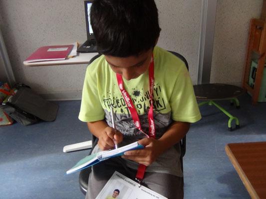 Gabriel schreibt wichtige Stichwörter in sein Notizbuch