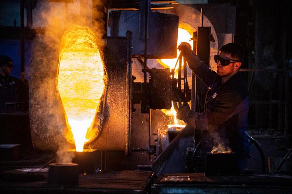 Das flüssige Eisen wird eingefüllt