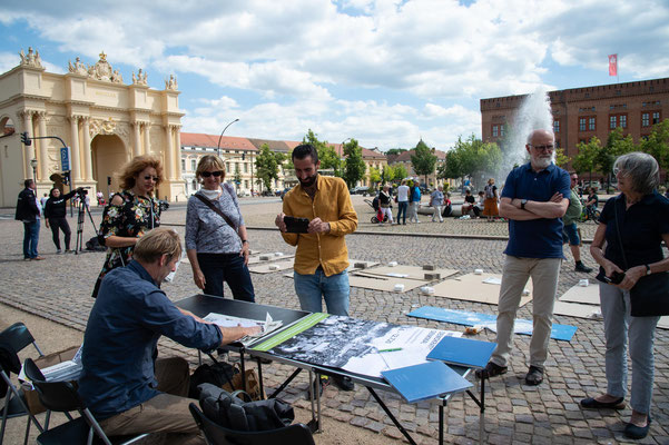 Fußabdruck-Aktion auf dem Luisenplatz