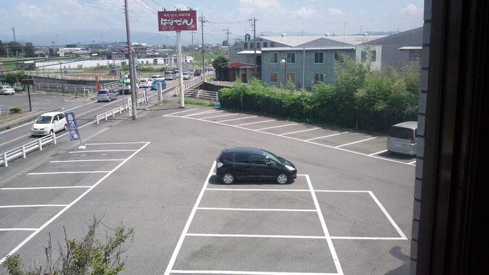 店舗正面 駐車場40台