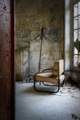 "<b>ABANDONED ARMCHAIR</b><br><a href=""/app/module/webproduct/goto/m/m2cc9ef26ab135c57"" ; style=""color:#49bfc0;"" target=""_blank"">Disponible à la vente</b><alt=""photographie d'art photo urbex lieu abandonné désaffecté fauteuil fenêtre intérieur interior"""