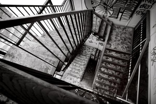 """<b>THE DESCENT</b><br><a href=""""/app/module/webproduct/goto/m/m3c9eb1030dba96f8"""" ; style=""""color:#49bfc0;"""" target=""""_blank"""">Disponible à la vente</b><alt=""""photographie d'art photo lieu abandonné usine escaliers noir et blanc deco cadre contemporain achat"""""""