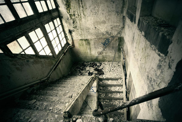 "<b>STAIRCASE IN DECAY</b><br><a href=""/app/module/webproduct/goto/m/m13c63f976fc7ba53"" ; style=""color:#49bfc0;"" target=""_blank"">Disponible à la vente</b><alt=""photographie d'art photo urbex lieu abandonné désaffecté escaliers vide"""