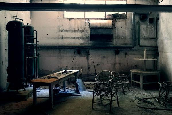 """<b>ENGINE ROOM</b><br><a href=""""/app/module/webproduct/goto/m/meda545766d845c07"""" ; style=""""color:#49bfc0;"""" target=""""_blank"""">Disponible à la vente</b><alt=""""photographie d'art photo lieu abandonné usine salle machine urbex désaffecté vide croatie """""""
